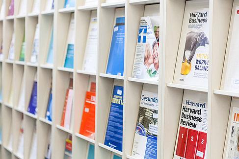 Zeitschriftentitel im Lesesaal 1