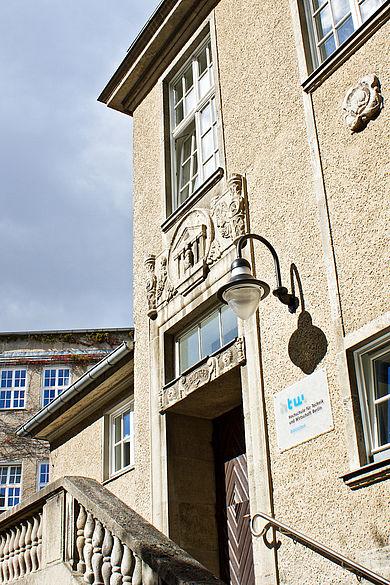 Eingang zum Bibliotheksgebäude auf dem Campus Treskowallee