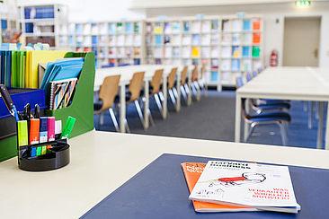 Tisch, auf dem Zeitschriften liegen, in der Bibliothek auf dem Campus Treskowallee