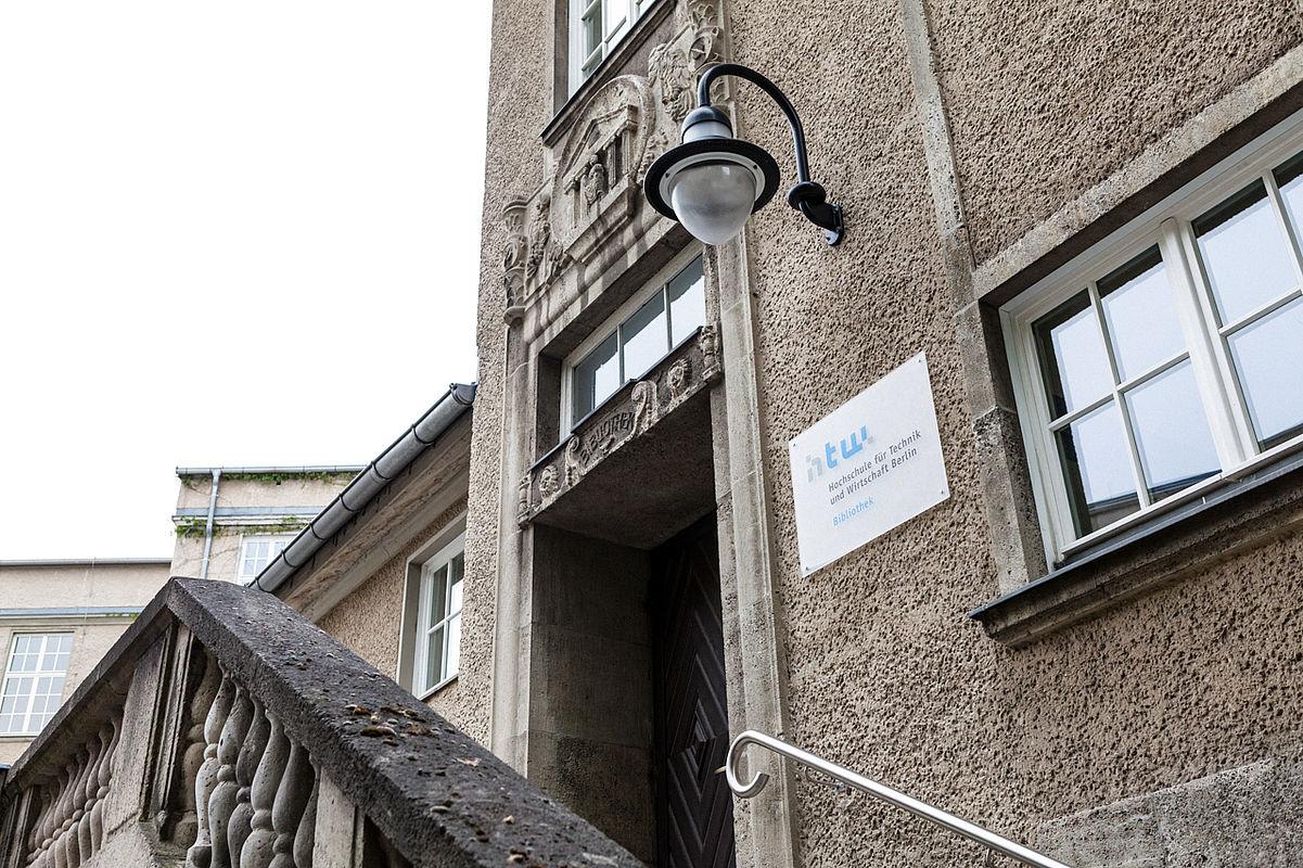 Eingang Bibliotheksgebäude